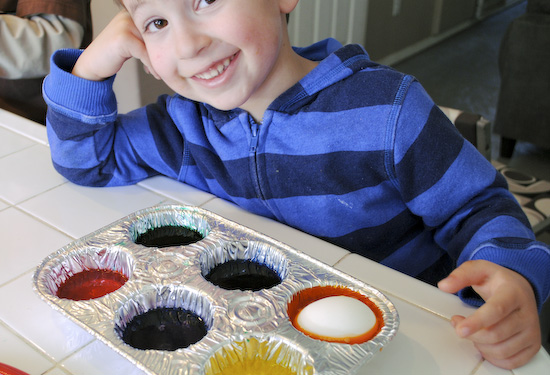 Easy Easter Egg Dying in Muffin Tins 3