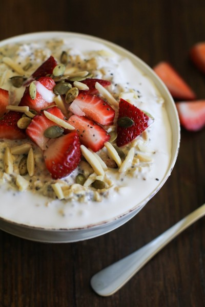 strawberry_oatmeal_breakfast_bowls